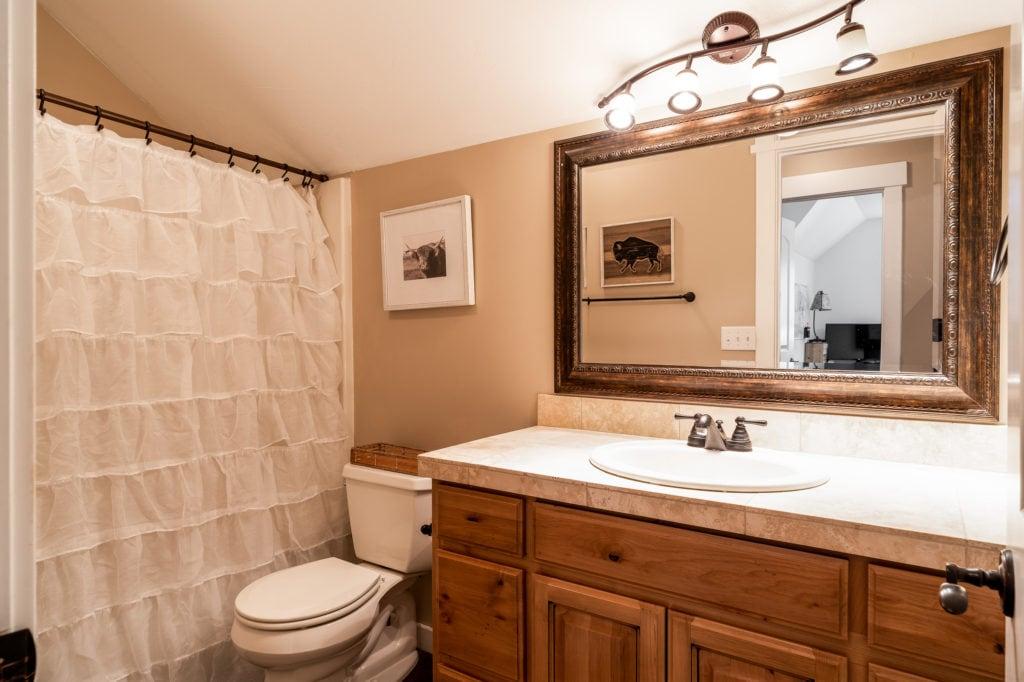 2397 Lasso Avenue upstairs hall full bath