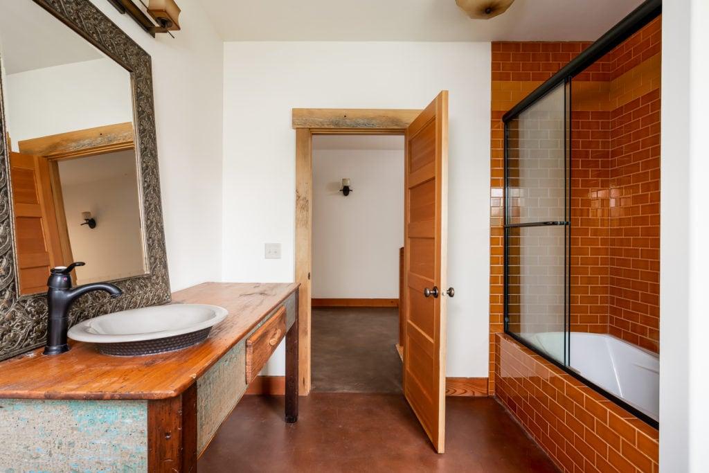 3618 Bungalow Lane 2nd floor hall bathroom